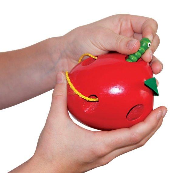 ябълка с шнурче за шиене